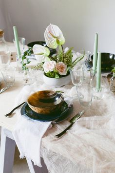 This all greenery tablescape with ferns and anthuriums are the perfect summer wedding combo #greeneryweddingdecor #moroccanlanterns #anthuriumbouquets #fernweddingdecor #woodlandtablescape #acrylicweddingdecor