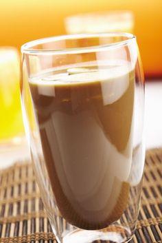 Batido de plátanos al café: preparar 4 vasos de café. Licuar 2 plátanos con 400ml de leche y azúcar al gusto. Verter este batido sobre el café y espolvorear con canela. Sugerencia: utilizar crema de café.