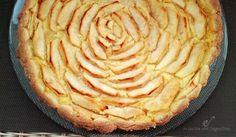 Una buonissima crostata di mele e crema, semplice e buona, perfetta per un tè, per la colazione e per un dopo cena goloso.