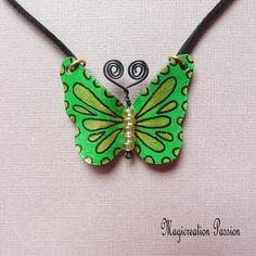 Collier pendentif papillon vinyle vert et noir - Un grand marché Chat 3d, Satin Noir, Washer Necklace, Jewelry, Blue Wool, Playing Card, Pendant Necklace, Light Blue, Cords