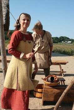 Reenactors at Hedeby, 2008 - short apron dress with side slits instead of gores, popular among the German reenactors (there's no existing remains of an apron dress that shows how long they were or if they had slits or gores)