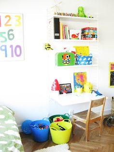 White stringshelf in a child room.