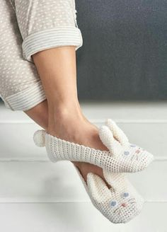 Crochet Rabbit Bunny Crochet Slippers Free Pattern - You'll love these Crochet Animal Slippers Pattern and we have all the best free patterns for you to choose from. You will be spoilt for choice. Bunny Crochet, Bag Crochet, Crochet Gratis, Easter Crochet, Crochet Slippers, Cute Crochet, Crochet Animals, Crochet Clothes, Knitting Patterns Free