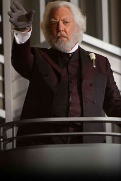 Donald Sutherland stars as President Snow Lionsgate Films' The Hunger Games - Movie still no 82 The Hunger Games, Hunger Games Movies, Hunger Games Catching Fire, Hunger Games Trilogy, Presidente Snow, Capitol Couture, Hunger Games Exhibition, Donald Sutherland, Baby Born