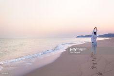 夜明けのビーチを散歩する女性 Woman and a Calm Beach in Dawn