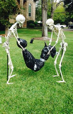 Amazing Cheap and Easy Halloween Decorations to Outdoor Halloween Prop, Happy Halloween, Halloween Yard Decorations, Halloween Projects, Halloween 2017, Holidays Halloween, Halloween Stuff, Halloween Lawn, Skeleton Decorations