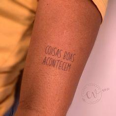 Tatuagem escrita minimalista: Muitas ideias para você! - Blog Tattoo2me Blackwork, Tattoo Quotes, Tattoos, Blog, Word Tattoos, Tattoo Script, Delicate Tattoo, Ideas, Close Up