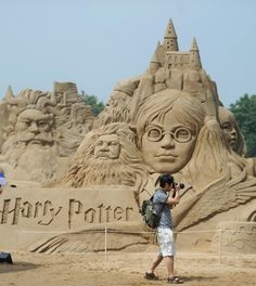 harry potter. out of sand. awesome. PS dude what are you taking a picture of?!? What could be more awesome then the big Harry potter sand castle behind you!