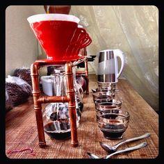 O mestre cafeeiro não é uma cafeteria nem uma pessoa mas sim uma micro torrefação feito de pessoas que amam café! Para pessoas que amam café ! Falamos respiramos e claro bebemos café o dia todo. Vendemos nossos pacotinhos ministramos workshops fazemos parcerias com Cafes restaurantes  e demais estabelecimentos que queiram cafés especiais com uma torra artesanal feita toda semana (bem fresquinho) e moído na hora!  Ama café mantenha contato!  #mestrecafeeiro #cafesespeciais #sjc #cafe by…