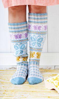 Sissukat-ryhmän Sisko Malisen perhossukat   Meillä kotona Crochet Socks, Crochet Gloves, Knitting Socks, Knit Crochet, Knit Socks, Knitting Charts, Free Knitting, Knitting Patterns, Cool Socks