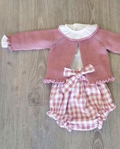 Baby Clothing Set: Romper, Collar, Bonnet And Booties Get the look: This complete baby clothing set includes- Romper With Crochet Bodice Ruffle Col Knitting For Kids, Baby Knitting Patterns, Sewing For Kids, Baby Sewing, Baby Girl Fashion, Kids Fashion, Toddler Outfits, Kids Outfits, Pull Bebe