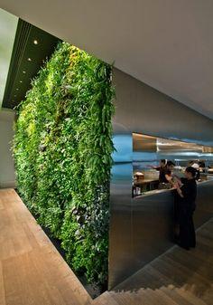 Vertical garden design -yrityksen suunnittelema upea aulaseinä. Kuvitelkaa, miltä sen vieressä tuoksuukaan!