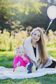 Portrait photoshoot / photography / long hair / bright colors / pink / balloons / purple / autumn / blond hair / blue eyes / mother and daughter photoshoot / sunny