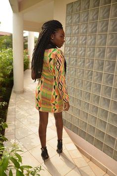 Le kente est un pagne tissé en Afrique de l'ouest, principalement au Ghana. Il fait pleinement partie de la culture akan. Nous avions dédié un article à cet tissu royal dans notre série « Les étoffes africaines ». Le kente a cette réputation d'être une étoffe pas facile à manier; et ce n'est pas exagéré… Le tissu est ...