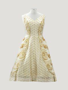 """Pierre Balmain Haute Couture, 1958. modèle """"Infidèle"""" robe de cocktail en organza de soie crème brodée de galons de paille naturelle et fil de soie vert pâle"""