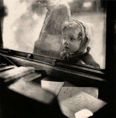 France. Paris, Hiver, 1948 'Un enfant devant une vitrine' // Edouard Boubat