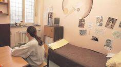Eine Inhaftierte sitzt in ihrer Zelle des geschlossenen Vollzugs für Frauen: In der Zweigstelle der JVA Kassel in Kaufungen sind derzeit 25 Frauen und weibliche Jugendliche untergebracht. Unser Bild stammt vom 22. Dezember 2008. Archivfoto: Karsten Socher / www.KS-Fotografie.net