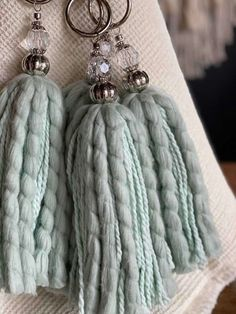 Borlas Decorativas Colgantes - $ 650,00 en Mercado Libre Diy Arts And Crafts, Cute Crafts, Yarn Crafts, Diy Tassel, Tassels, Fibre And Fabric, Dream Catcher Boho, Easy Gifts, Diy Projects To Try