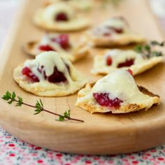 Cranberry Cheddar Pita Bites @keyingredient #cheese #cheddar #bread