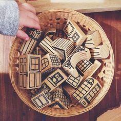 DIYが苦手な人も安心! こちらは木片に絵を描いただけの、建物積み木。どんな組み合わせにしようか……子どもの想像力も育てられますね♪