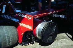 F1マシンにゴミ箱の蓋