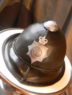 The last days England is on the peak, when it rains every afternoon out of nowhere, with the pregnancy of Kate and of course the Scotland's. Police Cakes, Friday Im In Love, London Cake, Retirement Cakes, Fashion Cakes, Sugar Craft, How To Make Cake, Amazing Cakes, Eat Cake