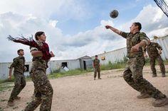 Trotz des Leids haben Ronahi (mit Schal) und ihre Kameraden viel Spaß beim täglichen Volleyballspiel