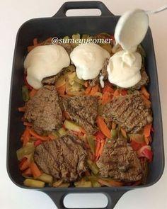 Şimdi size yumuşacık, lokum gibi et pişirmenin püf noktalarını vereceğim Sebze tabanı, ağızda dağılan eti, beşamel sos ve kaşar peyniri…