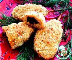 Шедевральные запеченные куриные котлетки на палочке     Филе куриное — 500     Лук репчатый — 1 шт     Чеснок — 2 зуб.     Специи (на ваше усмотрение)     Грибы  — 100 г     Зелень (петрушка, укроп)     Сыр твердый — 100 г     Яйцо (1 в фарш, 1 в панировку) — 2 шт     Батон — 3 ломт.     Чипсы — 40 г     Соломка (соленая)     Сметана (или майонез) — 1 ст. л.     Кефир  — 100 мл     Мука — 2 ст. л.