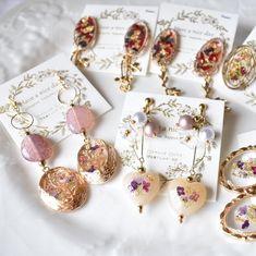 Resin Jewelry, Diy Jewelry, Jewelery, Jewelry Making, Resin Crafts, Resin Art, Black Artwork, Diy Crystals, Homemade Jewelry