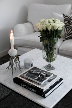must have coffee table books - For a lot of people surviving in small inner city apartments finding . Coffee Table Makeover, Coffee Table Styling, Coffee Table Books, Decorating Coffee Tables, Table Decor Living Room, Bedroom Decor, Mesa Sofa, Decoration Table, Plywood Furniture