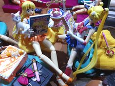 Sailor Moon and Sailor Venus reading their magazines with Luna and Artemis. Includes some Re-ment everyday life and cafe sweets. Sailor Venus, Sailor Moon, Luna And Artemis, Rement, Magazines, Sweets, Reading, Life, Decor