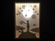 Paper Cut Silhouette Shadow Box Little Prince Taillé brillant papier cadre-le Petit Prince Shadow Light Box, Diy Shadow Box, Shadow Art, Paper Cutting, Shadow Box Kunst, Photos Encadrées, Paper Cut Design, Paper Light, Kirigami