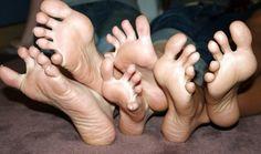 Piedini di 3 ragazze #piedifemminili #piedi #piedini #piedisexy #feticismi #feticismo http://www.pepatissimo.net/2016/07/piedini-di-3-ragazze/