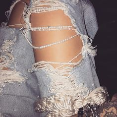 Strings of pearls to upgrade a pair of distressed jeans #DIY