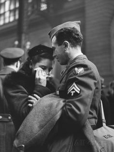 Soldier Consoling Wife as He Says Goodbye at Penn Station before Returning to Duty, WWII Premium fotoprint van Alfred Eisenstaedt - bij AllPosters.be