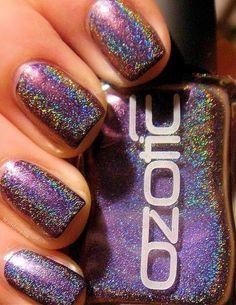 Vernis à ongles effet holographique de Ozotic (violet).