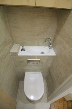 Des rangements et un lave main qui ne prend pas de place : pose d'une cuvette intégrée au bâti avec lave-mains. Aménagement d'un placard sur la longueur du cabinet de toilette > projet les bains d'Alexandre