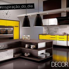 A cor amarela está em evidência nesta ampla cozinha. Tons sóbrios criam contraste no ambiente prático e funcional. Destaque para as luminárias em estilo moderno que harmonizam com todo o mobiliário em madeira.