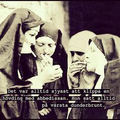 #röka #droger #brunt #hövding #klippa #dunderbrunt #nunna #nunnor #abbedissa #abbedissan #kvinnor #damer #brudar #humor #ironi #poesi #skoj #kul #löjligt #fånigt #töntigt #text #foto Places Worth Visiting, Pissed Off, I Feel Good, Proverbs, Make Me Smile, Red And White, Life Quotes, Nunna, Wonder Woman