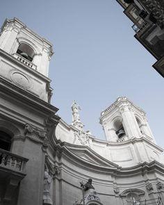 E poi in un vicolo ti trovi questa! chiese ovunque! Σ() #valetta #valletta #nikonitalia #nikon #photooftheday #picoftheday #d5300 #malta #sun #blue #vacation #malte #instagood #visitmalta #maltaphotography #collettivoitalia #church #chatedral #churches #igersmalta #mymaltaguide