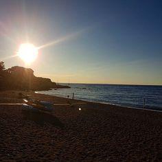 La mattina presto il rumore del mare e la spiaggia tutta per voi che volere di piu?  Qui siamo sulla spiaggia di Reale a #portoazzurro. Continuate a taggare le vostre foto con #isoladelbaapp il tag delle vostre vacanze all'#isoladelba. http://ift.tt/1NHxzN3