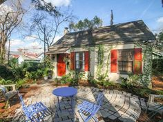 Located in the heart of historic Savannah, this bungalow features a fully-equipped kitchen, two bedrooms, and a private outdoor dining area.