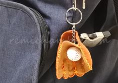 How to make felt baseball gloves and print free patterns with your smartphone.- How to make felt baseball gloves and how to print free patterns with a smartphone Owl Knitting Pattern, Easy Knitting Patterns, Chunky Crochet Scarf, Crochet Scarves, Baby Girl Gifts, New Baby Gifts, Crochet Baby Sandals, Diy Keychain, Paper Crafts For Kids