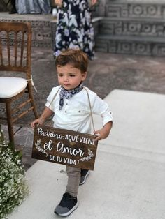 Pajecito de boda con su precioso cartel anunciando la llegada de la novia!! LETR...  #anunciando #boda #bodas Wedding Signs, Our Wedding, Dream Wedding, Wedding Entrance, My Perfect Wedding, Civil Wedding, Festivals, Marry You, Ceremony Decorations