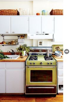 Stylish Kitchens Rocking Avocado Green Appliances (used as focal points) 1970s Kitchen, Vintage Kitchen, Vintage Stove, Updated Kitchen, The Design Files, Küchen Design, Kitchen Dining, Kitchen Decor, Kitchen Lamps