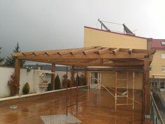 Proceso de construcción de un maravilloso y amplio porche a tres aguas en una terraza.  El resultado final en: wwww.edanpergolas.com