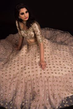 Before bookmarking your bridal dress check out these stunning Punjabi bride wedding dress designs online. Read the post to find out about the latest Punjabi wedding lehenga designs. Indian Lehenga, Lehenga Choli, Red Lehenga, Indian Wedding Outfits, Bridal Outfits, Indian Outfits, Bridal Dresses, Lehenga Designs, Pakistani Dresses
