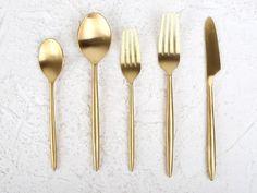Set de cinco cubiertos dorados. Deco, Tableware, Kitchen, Gold Flatware, Cabin Size Suitcase, Travel Tote, Houses, Dish Sets, Dinnerware