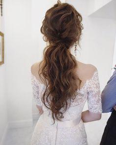 hair/yuudai __________________________ ゆる〜く結んで崩れそうなポニーテールがドレスにマッチします✨